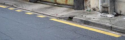 Marquages au sol de l'interdiction du stationnement et de l'arrêt