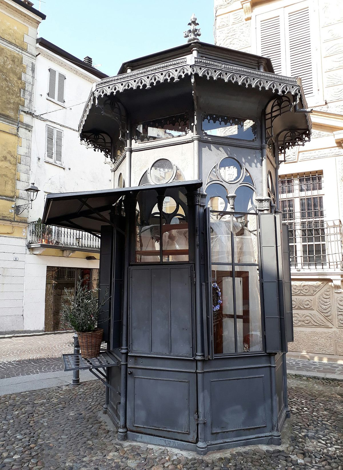 Edicola di Piazza Canossa  Wikipedia