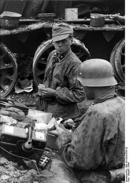 File:Bundesarchiv Bild 101I-024-3535-22, Ostfront, Waffen-SS-Angehörige bei Rast.jpg