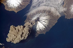 English: Astronaut photo of ash cloud from Mou...