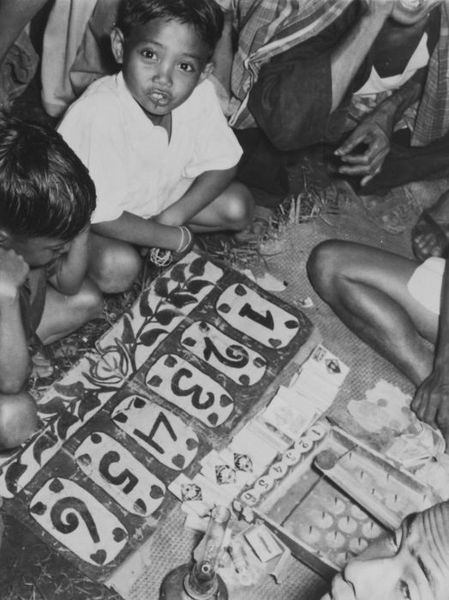 449px COLLECTIE TROPENMUSEUM Javaanse kinderen tijden het spelen van een kansspel TMnr 60044084 Mainan Bocah Belanda VS Mainan Bocah Pribumi