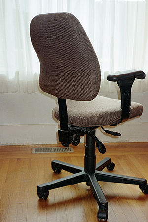 English: An office chair that can swivel and b...