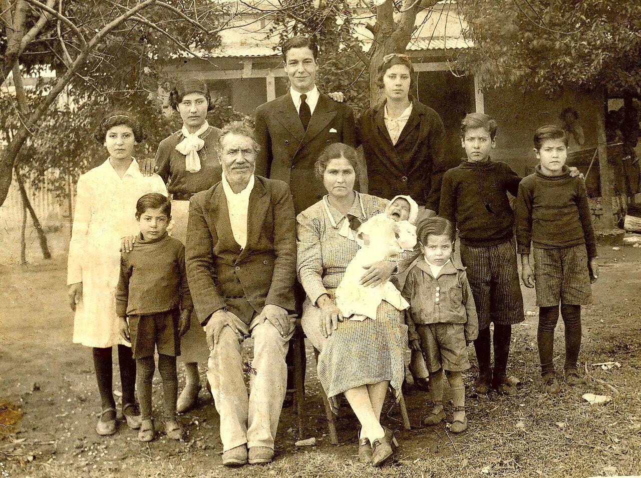 FileInmigrantes espaoles en el pueblo de Arias
