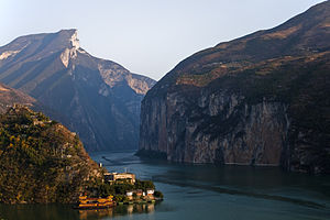 English: View of the Qutang Gorge along the Ya...