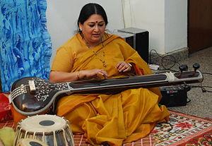 Shubha Mudgal playing hte tanpura