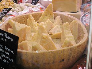Deutsch: Parmigiano Reggiano in der Markthalle...