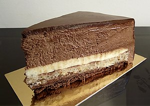English: chocolate-hazelnut mousse cake