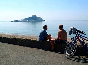 English: Cyclists at Mount's Bay The sea wall ...