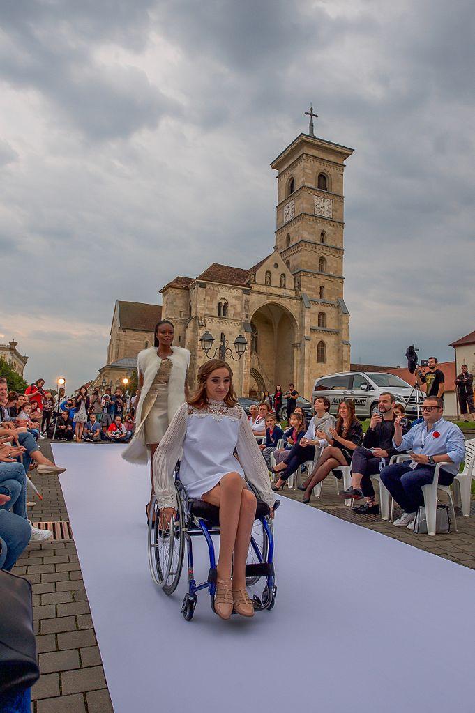 wheelchair jump kohls lounge chairs file:wheelchair model from atipic beauty, in feeric fashion week .jpg - wikimedia commons