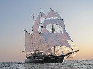 English: Peacemaker Marine I under full sail