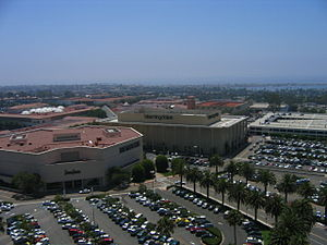 English: Picture of the Fashion Island shoppin...