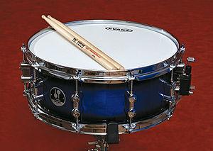 English: A snare drum. Español: una caja orque...