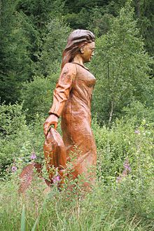Hoher Meißner: Hölzerne Frau-Holle-Statue am Frau-Holle-Teich