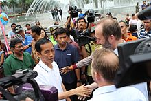 Jokowi meeting visitors to Jakarta near the well-known Selamat Datang Monument in Central Jakarta