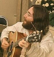 "Lennon sedang berlatih lagu ""Give Peace a Chance"" di Montreal, Quebec, Kanada pada tahun 1969"