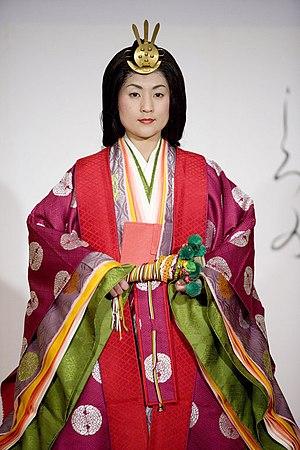 English: A young woman models a Junihitoe, a 1...