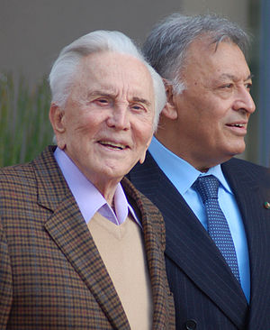 English: Kirk Douglas and Zubin Mehta at a cer...