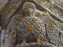 Phénix ornant un chapiteau, Abbaye aux Dames, Saintes, XIIe siècle.