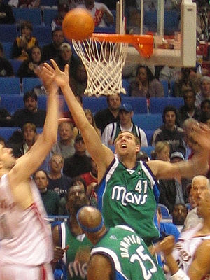 Dirk Nowitzki (#41) dei Dallas Mavericks salta...