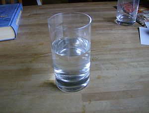 en: A glass of water / de: Ein Glas Wasser / t...
