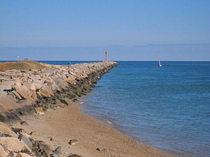 English: Photo of jetty at east end of the Cap...