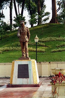 Myanmar-Yangon-Aung San Statue.jpg