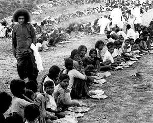 Español: Sathya Sai Baba alimentado los pobres...