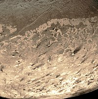 ट्राईटन की सतह पर इसके ज्वालामुखी द्वारा उत्सर्जित नायट्रोजन के प्रवाह से बनी धारियां