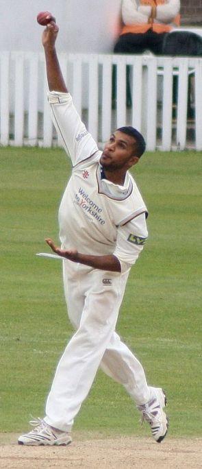 English: Adil Rashid bowling for Yorkshire aga...