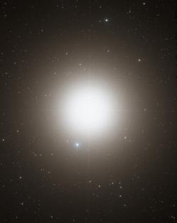 画像中央に輝く明るい恒星がアークトゥルス