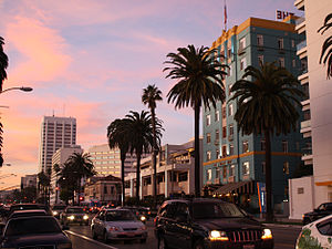 English: Ocean Avenue at sunset in Santa Monic...