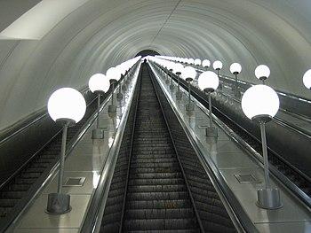 English: Escalator at the Park Pobedy station ...