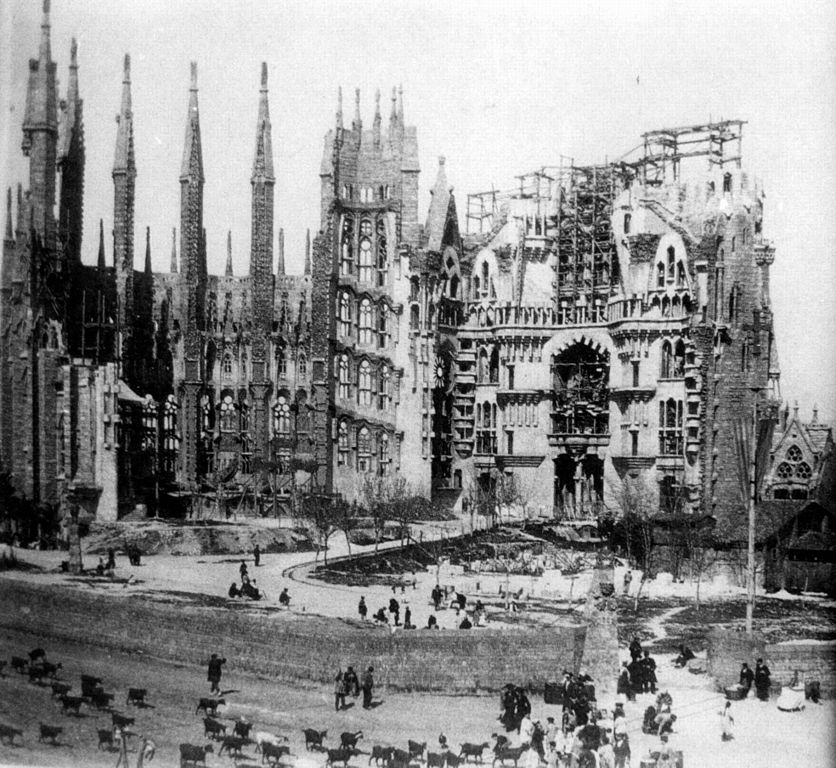 FileLa Sagrada Familia en construccin c 1915jpg  Wikimedia Commons