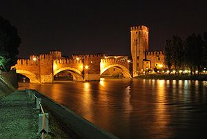English: Castelvecchio bridge at night Italian...