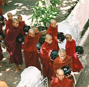 English: Monks at Mahagandhayon Monastic Insti...