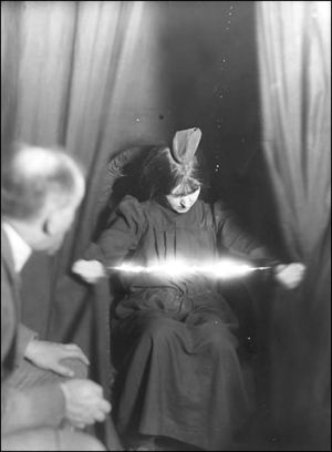 The medium Eva Carrière with a light manifesta...