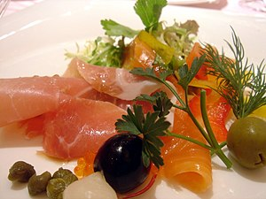 Salade de jambon cru et saumon fumé. (salad of...