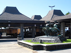 Statues dancing Hula kahiko at Kona I...