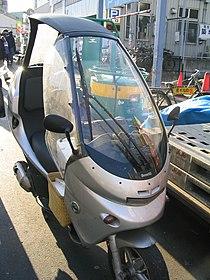 De Benelli Adiva verscheen in 2000 als concurrent van de BMW C1-serie. De BMW mocht dankzij de kooiconstructie zonder helm bestuurd worden, de Adiva niet