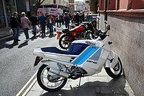 """De DART 400 kwam in 1990 op de markt en was geïnspireerd op de (ook helemaal """"ingepakte"""") Ducati Paso"""