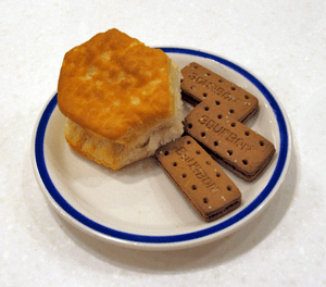 English: American biscuit (left) from Bob Evan...