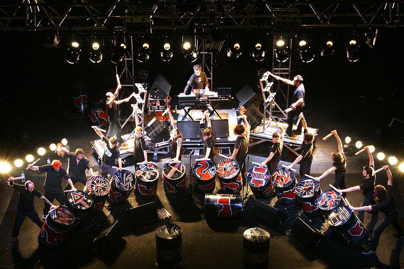 https://i0.wp.com/upload.wikimedia.org/wikipedia/commons/thumb/6/61/Les_tambours_du_bronx_2.jpg/800px-Les_tambours_du_bronx_2.jpg