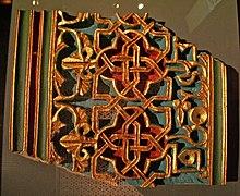 Reconstruction de la polychromie d'un panneau de décoration géométrique en plâtre.