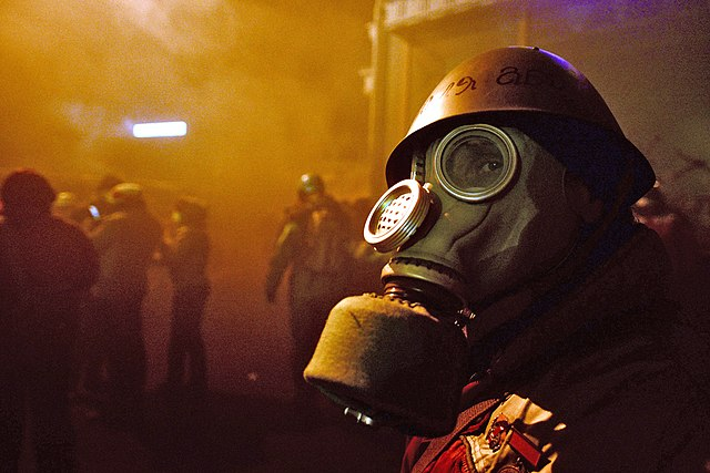 https://i0.wp.com/upload.wikimedia.org/wikipedia/commons/thumb/6/62/A_protester_wearing_breathing_gas_mask._Clashes_between_protesters_and_interior_troops_persist._Euromaidan_Protests.jpg/640px-A_protester_wearing_breathing_gas_mask._Clashes_between_protesters_and_interior_troops_persist._Euromaidan_Protests.jpg