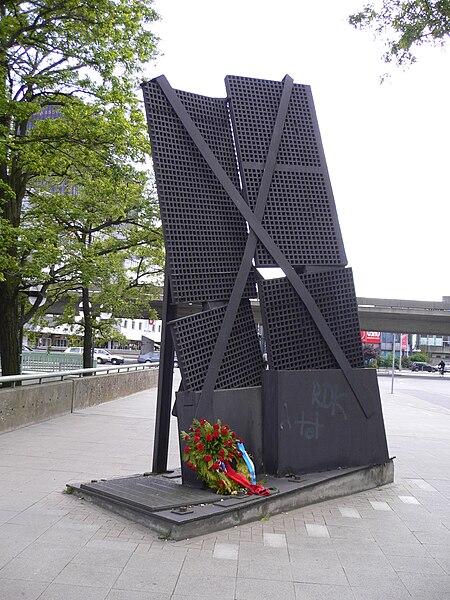 Datei:Mahnmal Gerichtsgefängnis Hannover vor dem Pavillon 8. Mai 1989 Befreiung vom Nationalsozialismus alle Sprachen 003.jpg