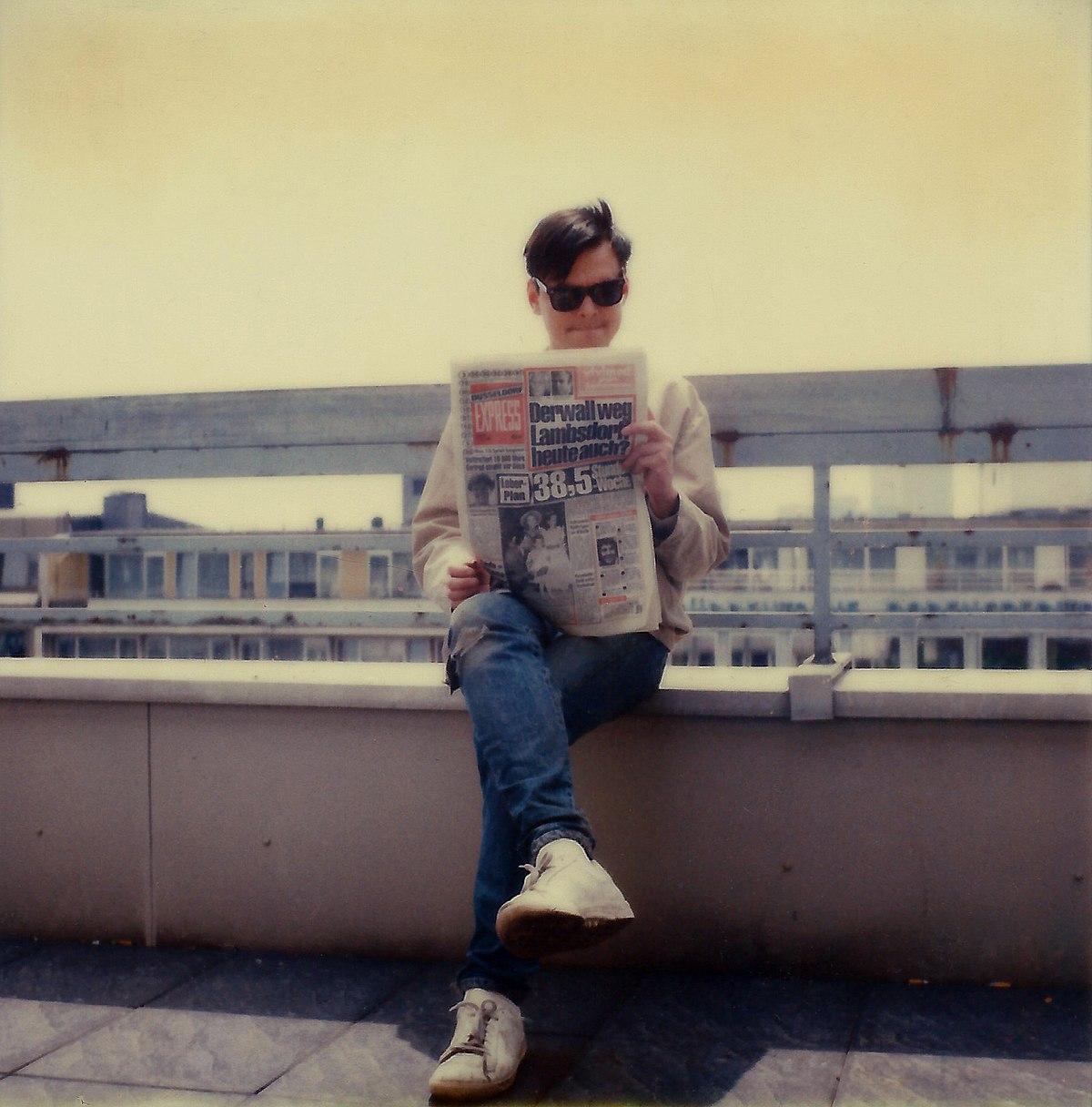 File:Diedrich Diederichsen. 1984. auf dem Dach der Düsseldorfer Werbeagentur GGK.jpg - Wikimedia Commons
