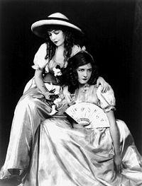 Lillian Gish (a  la izquierda de la imagen, con sombrero), junto a su hermana Dorothy  Gish.
