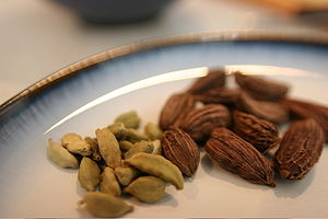 English: Black and green cardamom seed pods Fr...