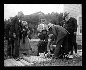 Familia de Alexander Graham Bell tratando de resucitar una oveja.