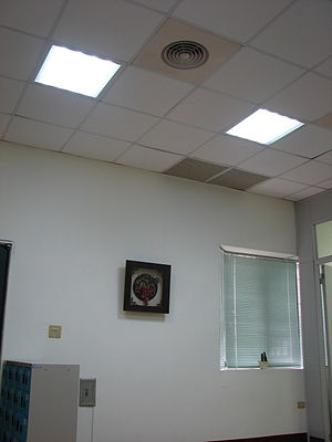 Dropped ceiling equipped with LED lighting